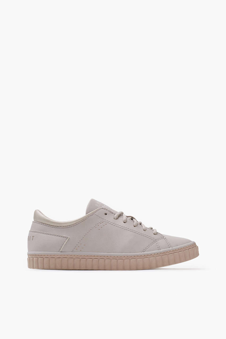 For a sporty, modern style: lace-up trainers in smooth imitation leather, with a rubber sole