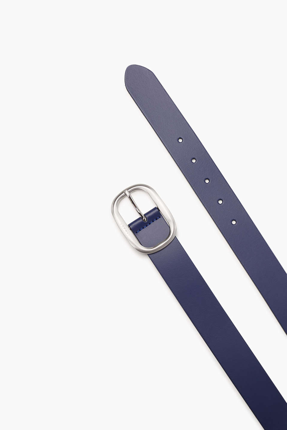 Elegant basic belt made of smooth leather with a satined metal buckle