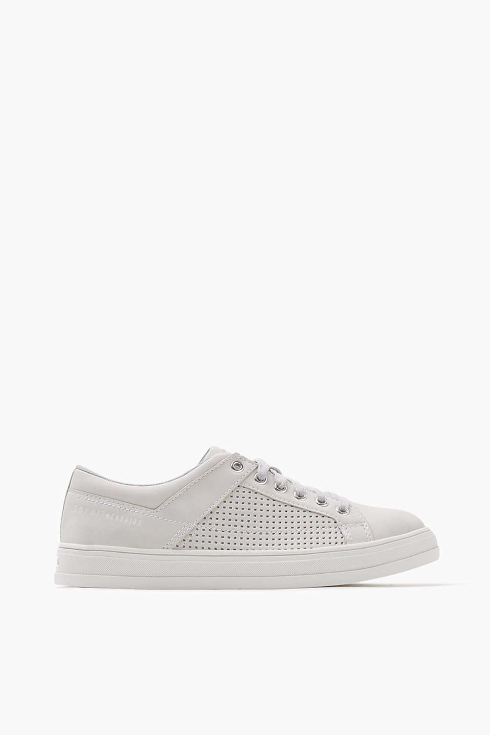 With a perforated yoke: trend trainers with a rubber sole