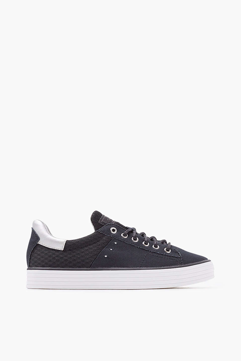 Trendy trainers with a rubber sole in a stylish combination of canvas and mesh