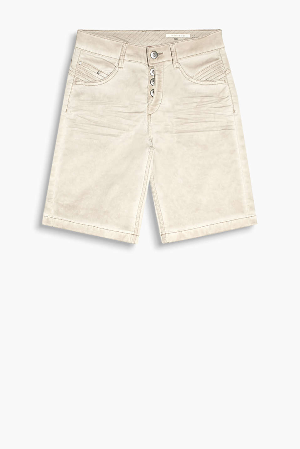 Cotton shorts with stretch for comfort, a casual trend dye and whiskering