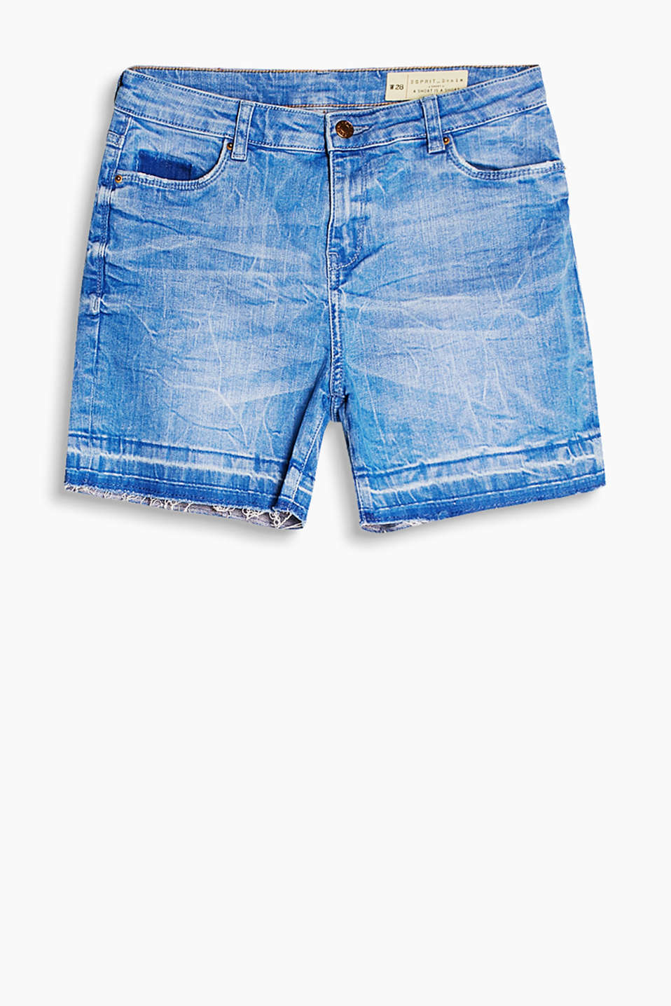 Casual shorts with wrinkled effects and a frayed hem, in stretch denim