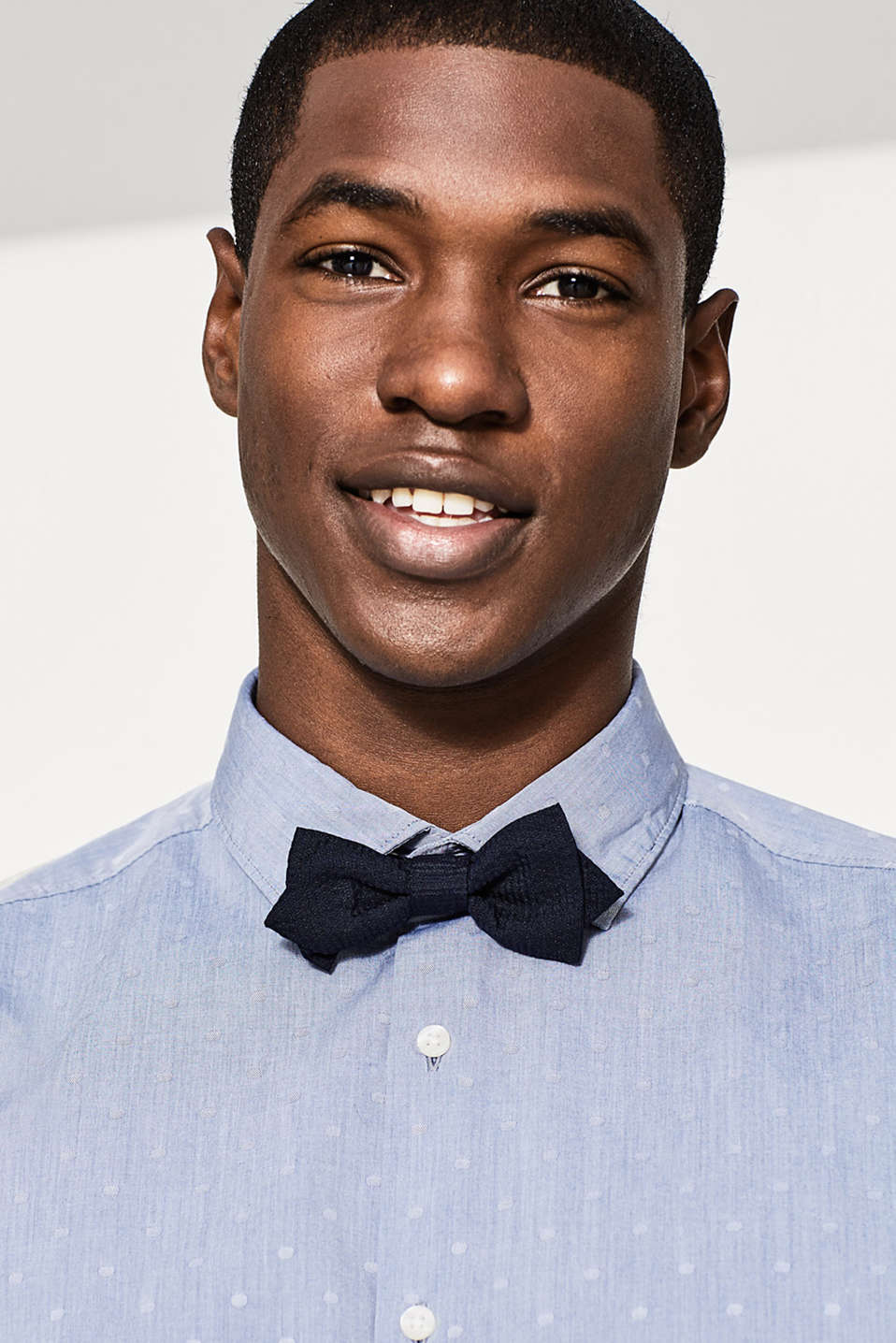 Already fastened for you: Bow tie with a coarse texture