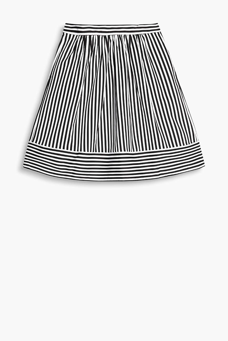 Smooth, blended cotton pleated skirt with slit pockets