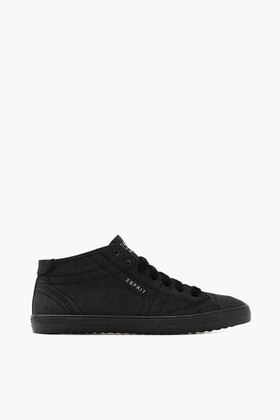 With a practical zip on the inner side: trainers with a rubber sole, made using a vegan manufacturing process