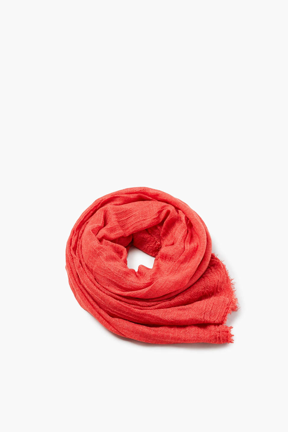 Flowing scarf with a crinkle effect and fine fringing
