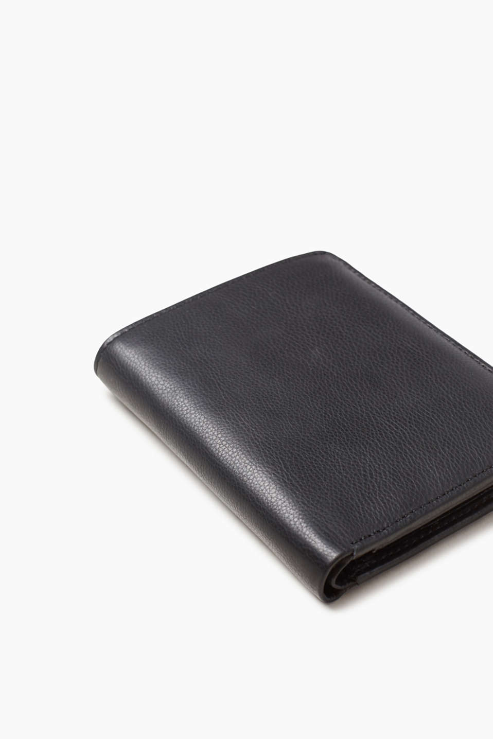 A classic! High-quality calfskin and the timeless design make this wallet a true companion.
