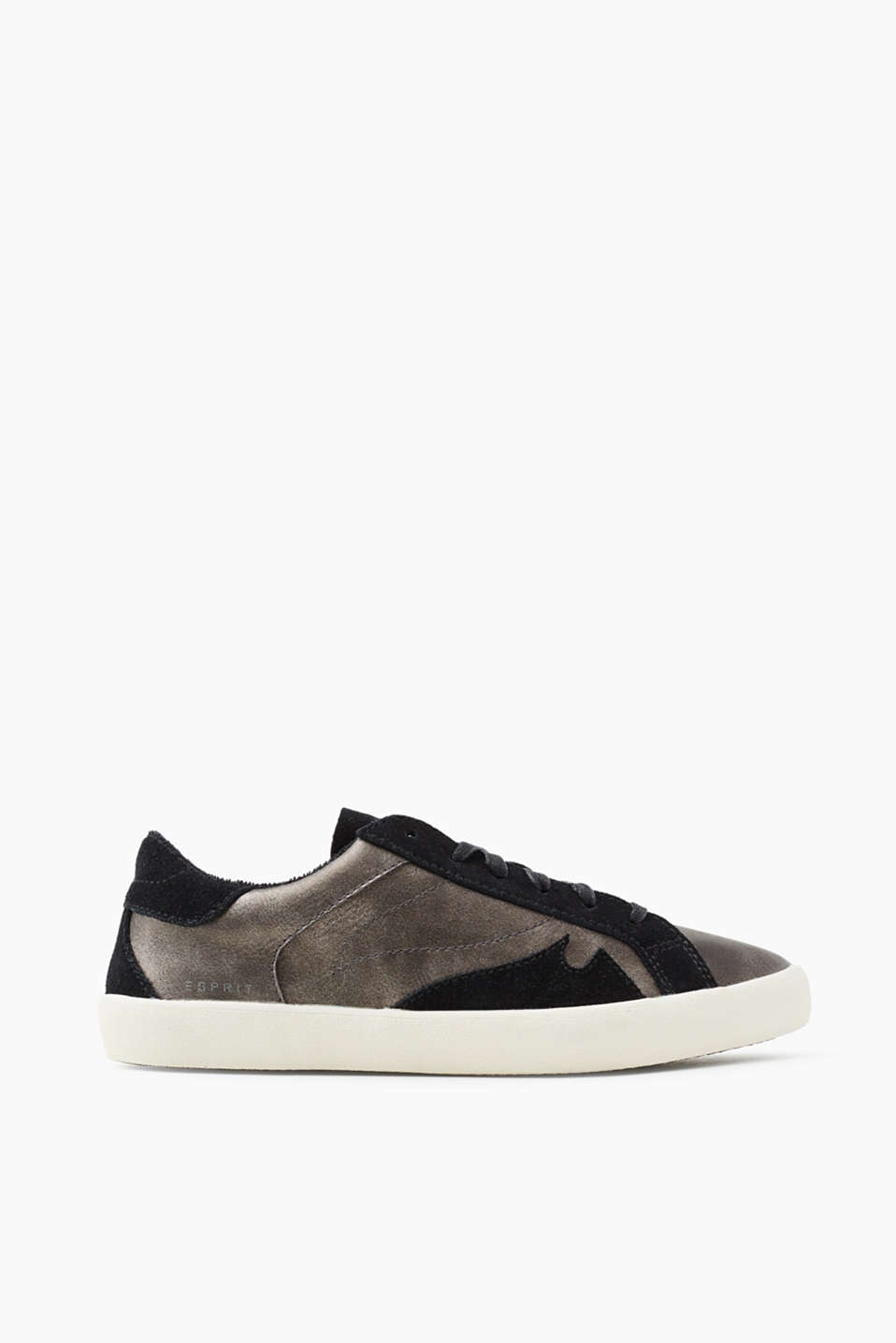 With a fashionable metallic finish: trendy trainers trimmed with suede
