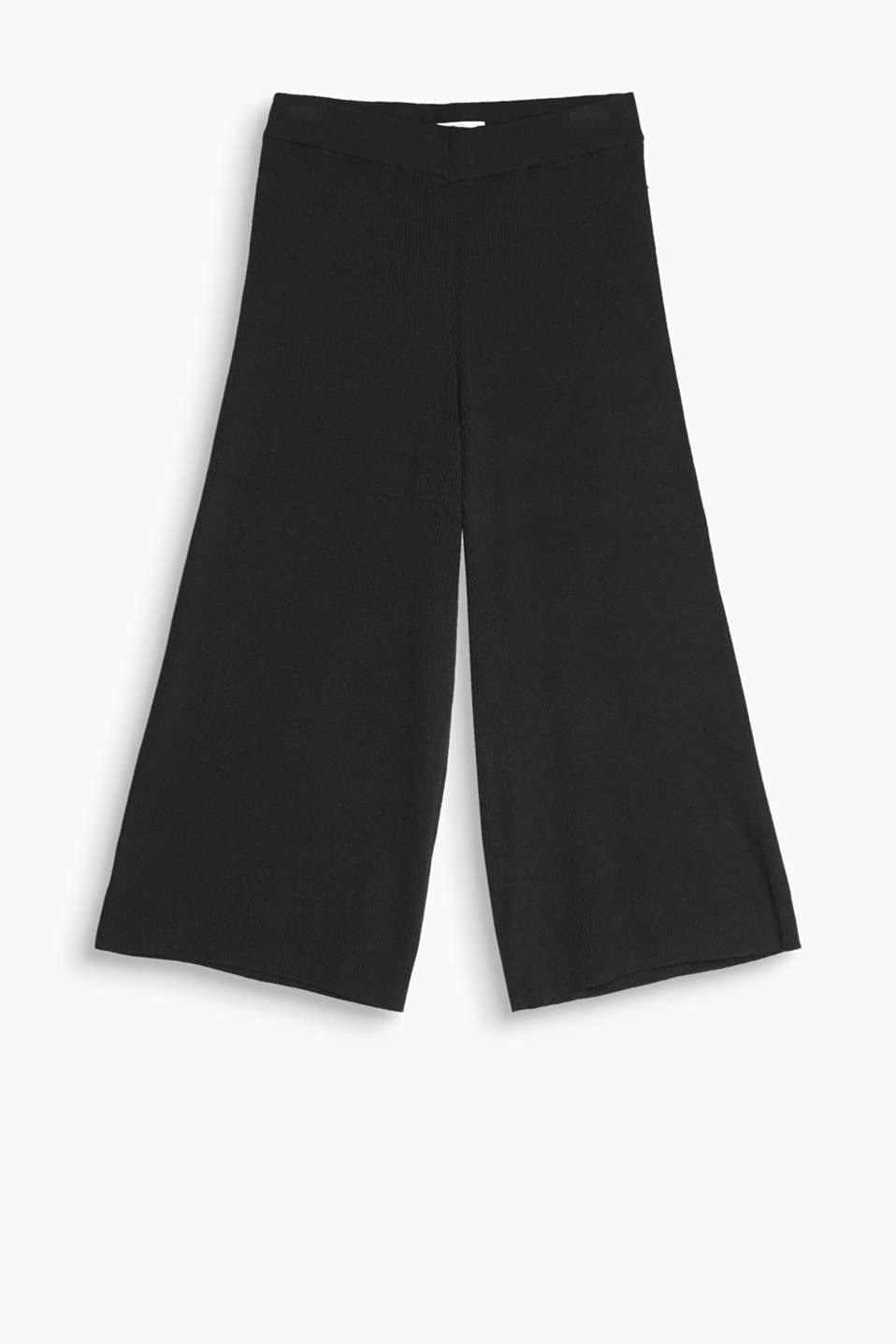 Bold knitwear statement: culottes with a sporty, ribbed texture and comfy, elasticated waistband