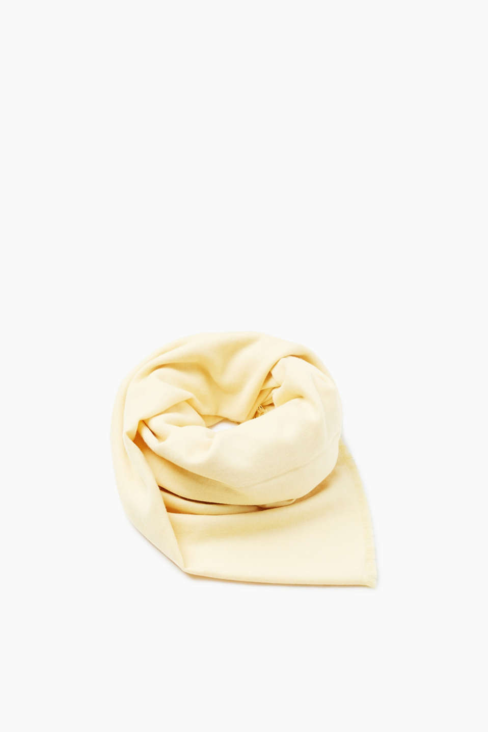 This fine, flowing scarf comes in a cosy and comfortable material mix and can be worn with all kinds of outfits