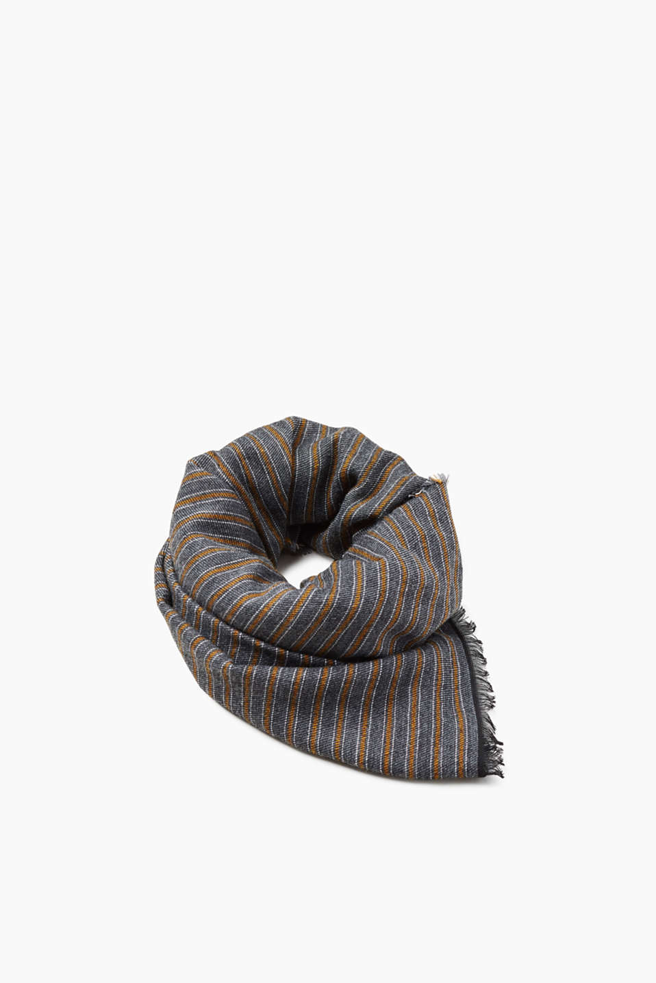 With an elegant striped pattern and in premium fabric with a percentage of wool and alpaca