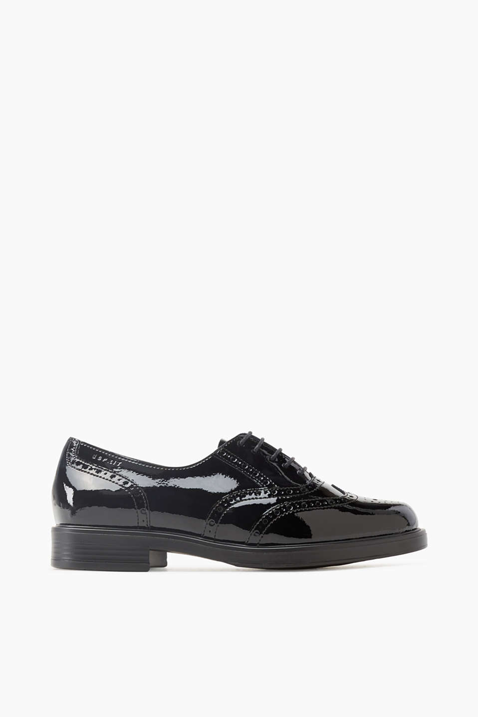 Timeless and elegant! These patent leather brogues with a Budapest pattern prove how elegant flats can be!