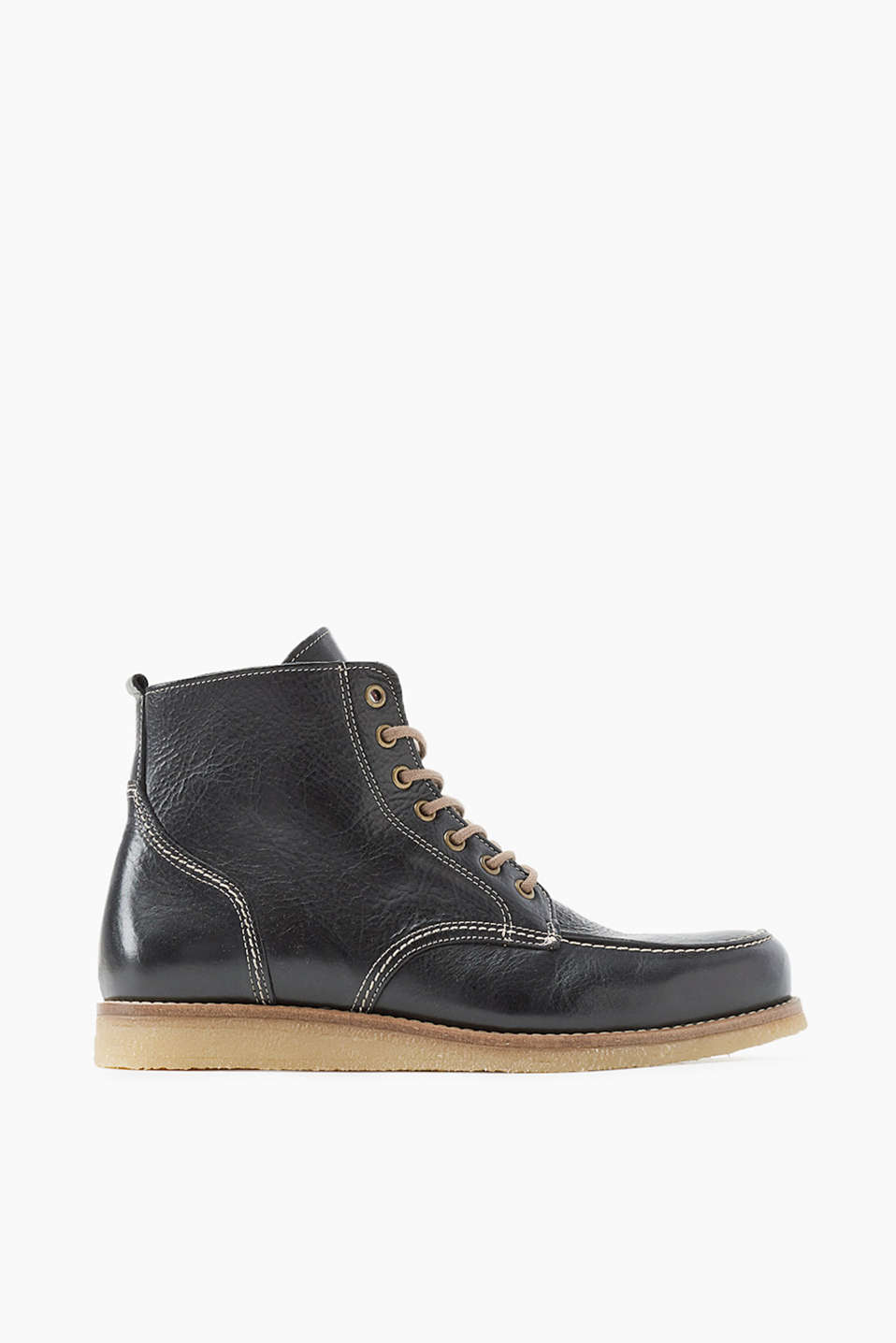 The casual, worker-style design with a crepe sole makes these boots a favourite for between the seasons