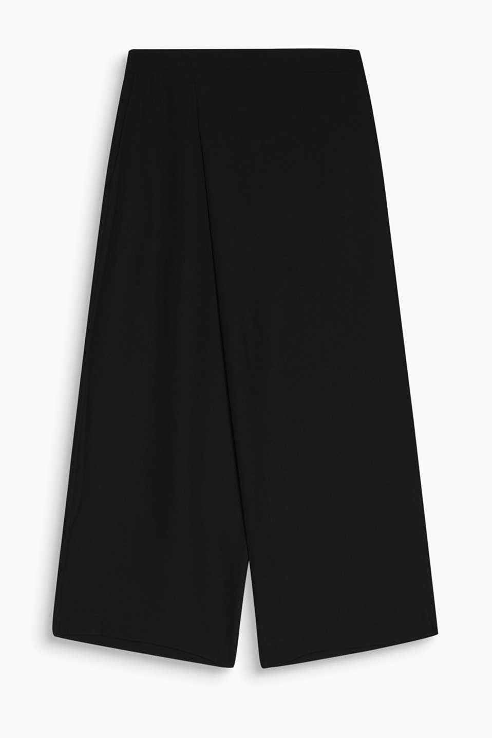 A wonderful fashion piece, not just for travelling: culottes in crease-resistant crêpe fabric in a feminine wrap-over look.
