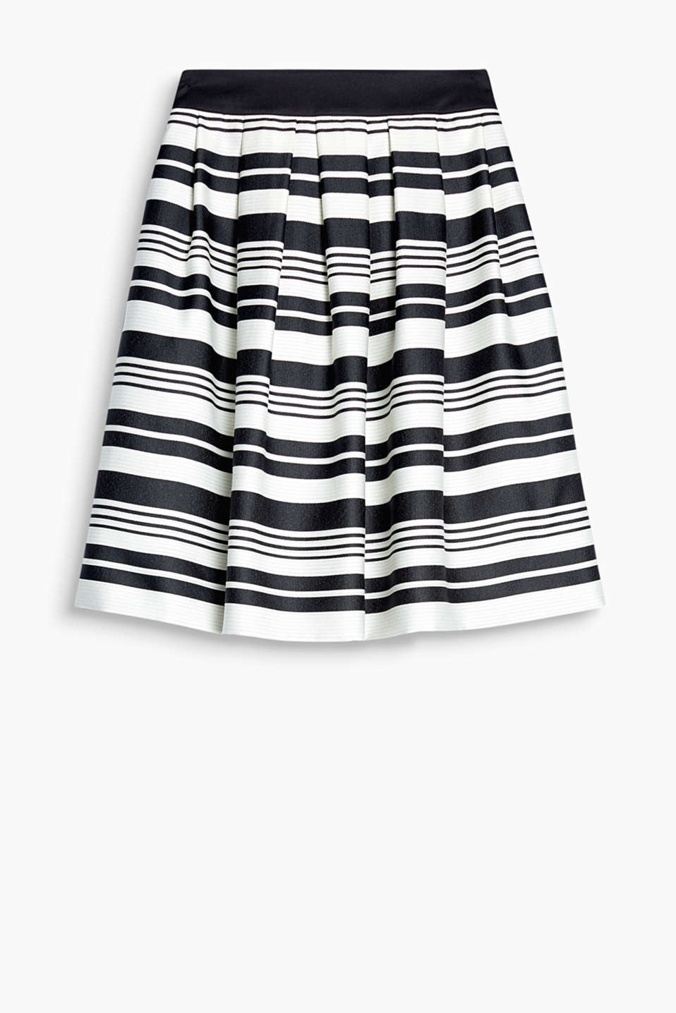 This skirt delivers chic graphic style with its delicate shimmer and stripes in various widths.