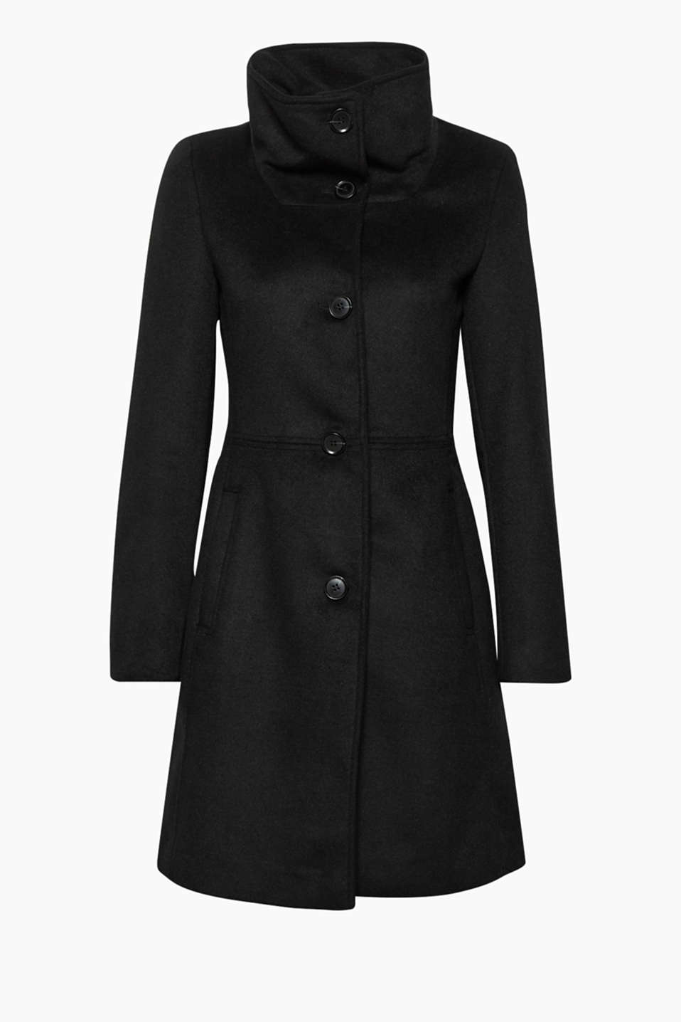This fitted coat made of high-quality blended wool is a sophisticated companion for mild winter days