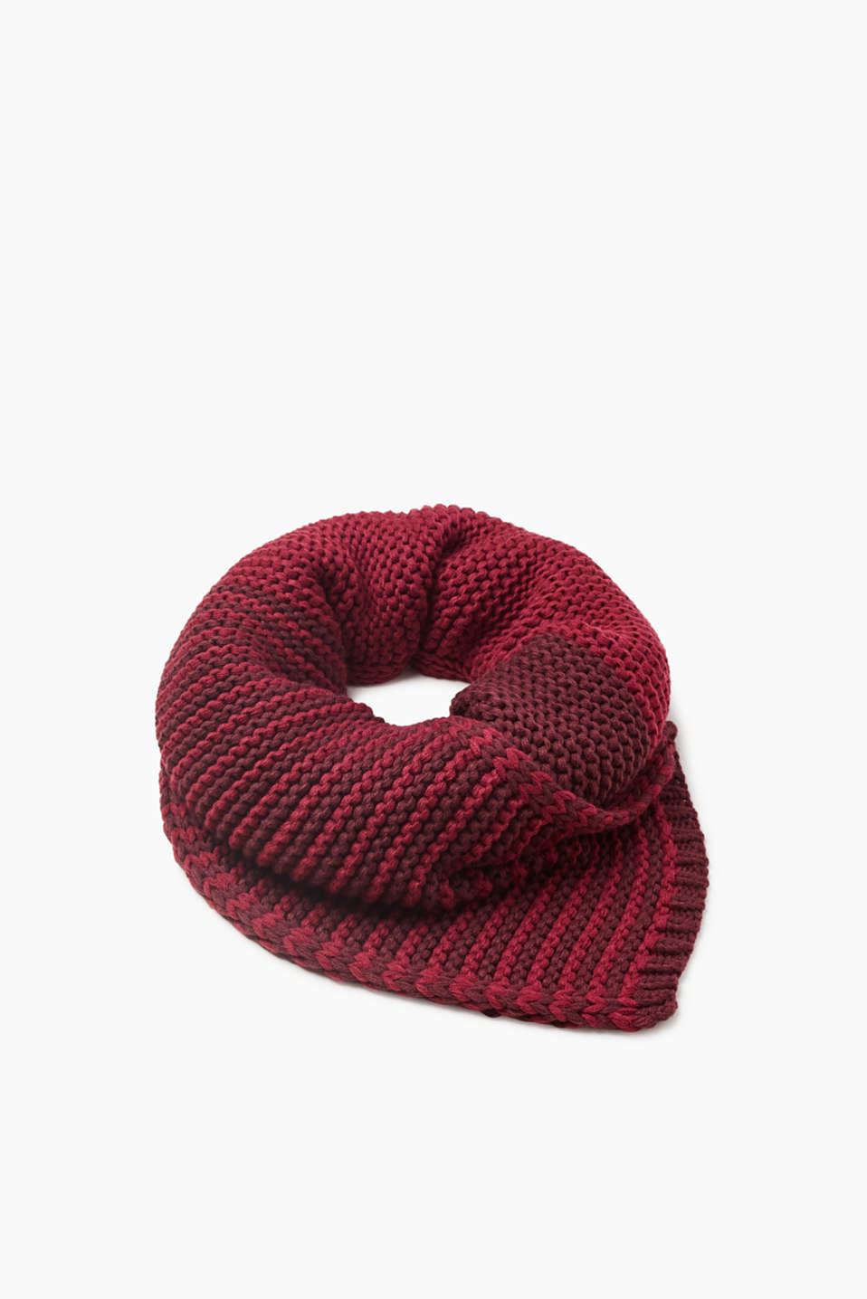 We love knitwear! The two-tone 3D knit yarn makes this scarf a favourite for the cold season.
