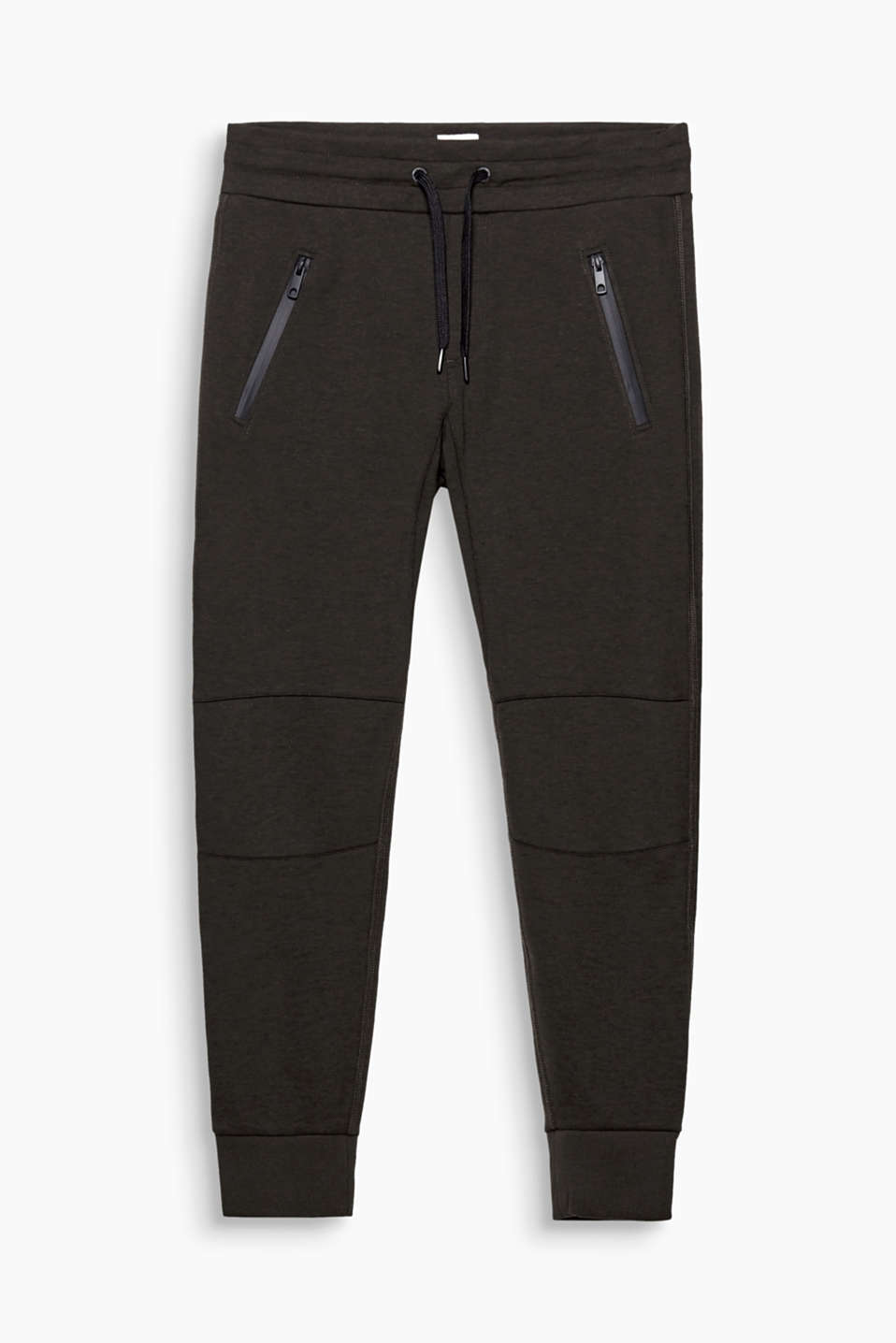 Sporty and trendy at the same time: tracksuit bottoms highlight your urban street style.