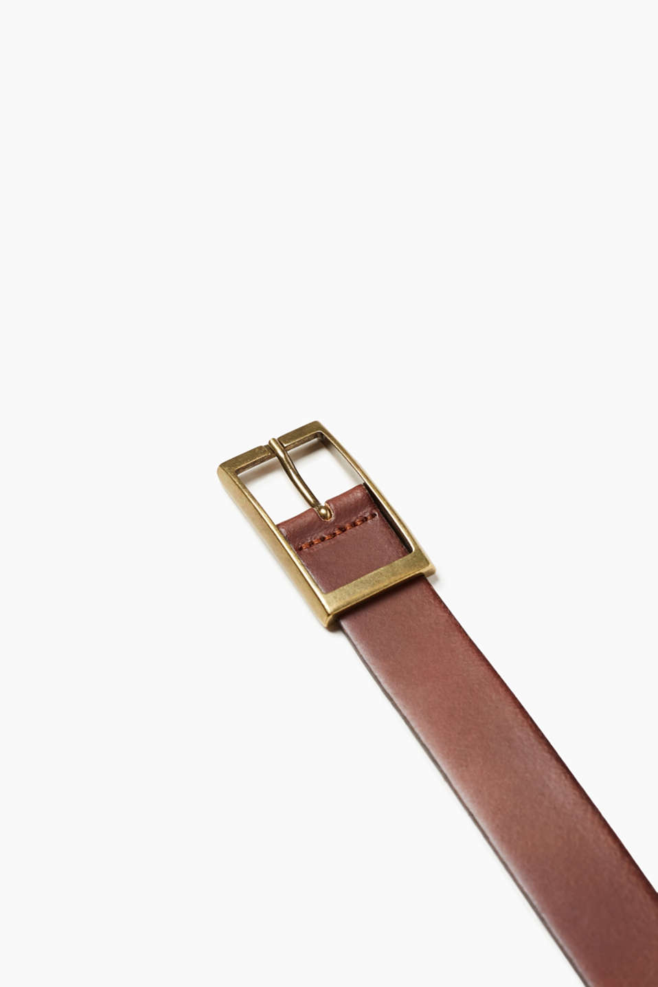 The bold buckle with a vintage finish makes this belt a favourite accessory.