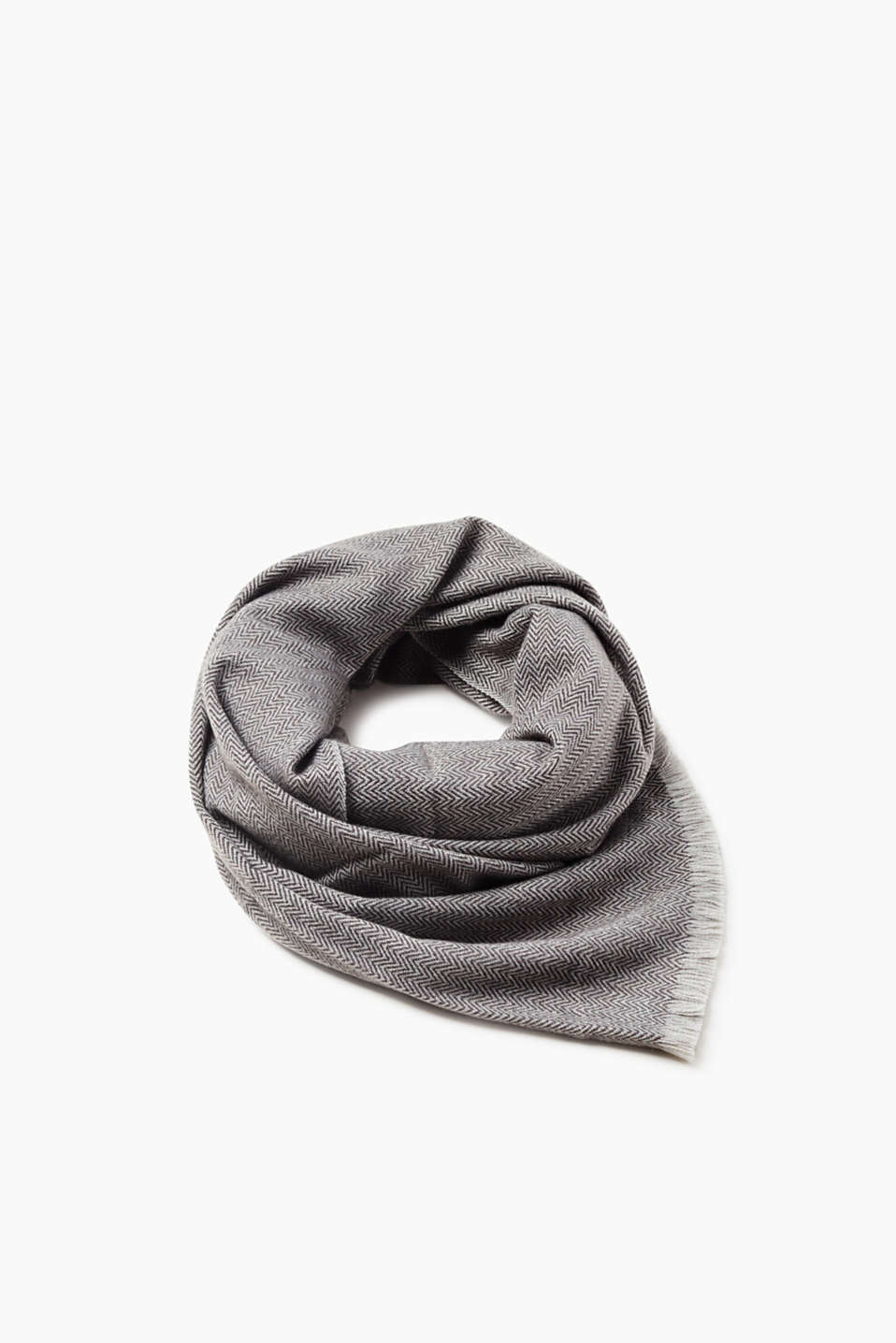 Stylish accessory! This woven scarf with a herringbone pattern is a fashion highlight!