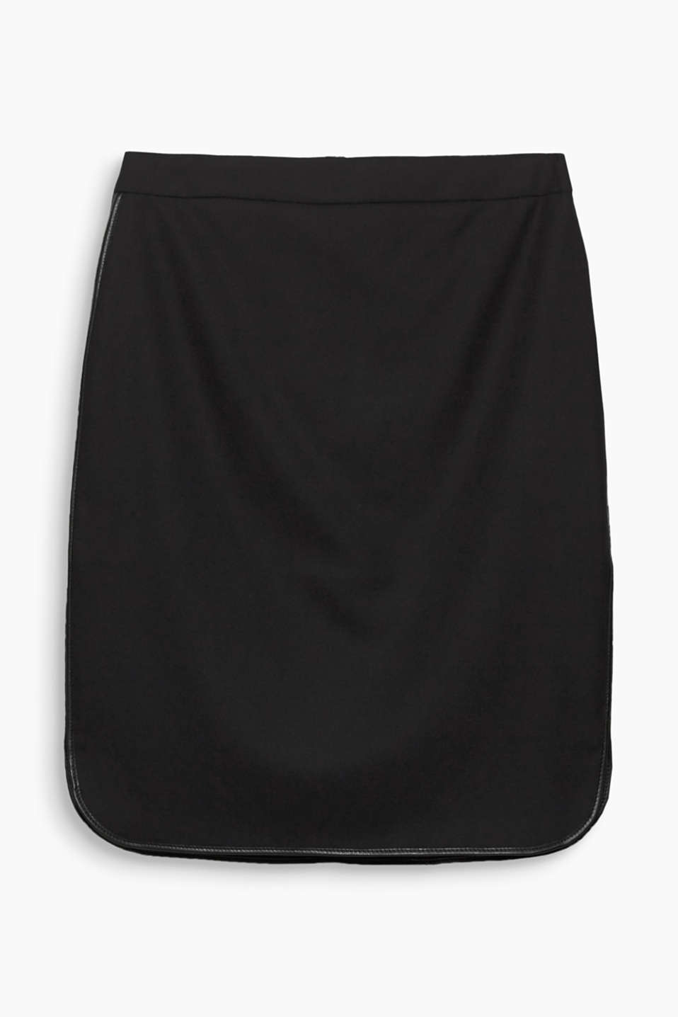 This figure-hugging skirt wows with its elegant fabric, which is refined by faux leather piping.