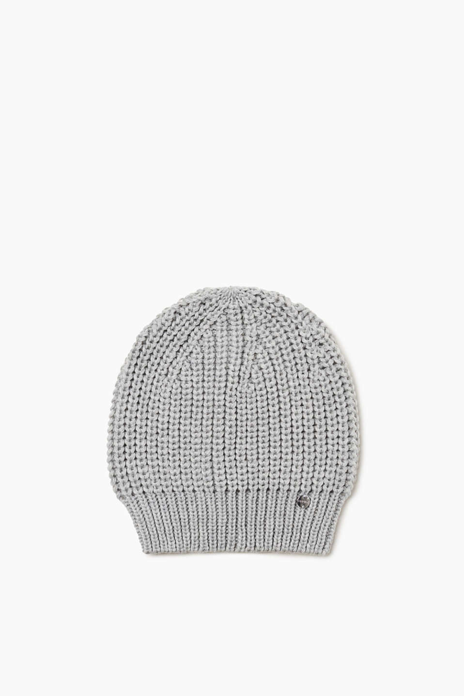 A trendy accessory that is very warm! This beanie is very eye-catching thanks to the chunky knit fabric and the ribbed cuff.