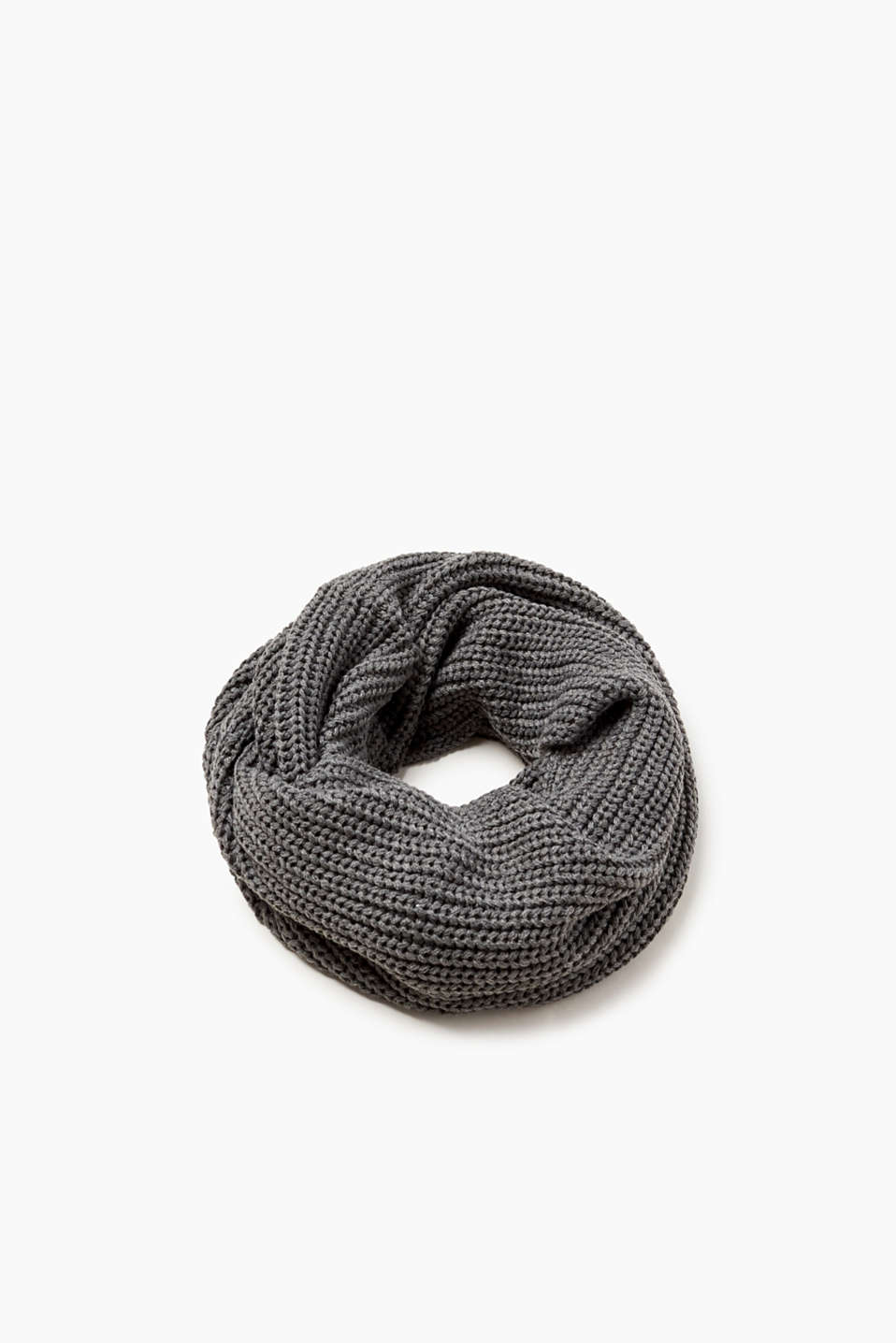 We love timeless knitwear! This snood in muted colours will complete your winter look.