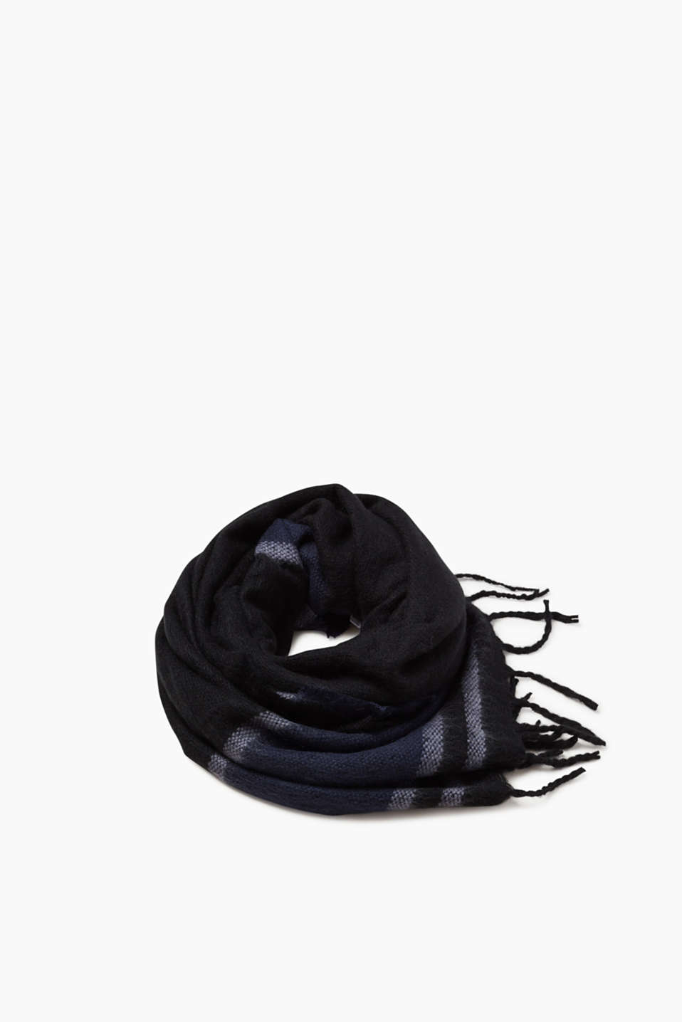 The modern black-and-blue colour mix makes this scarf a cool accessory to match your coat.