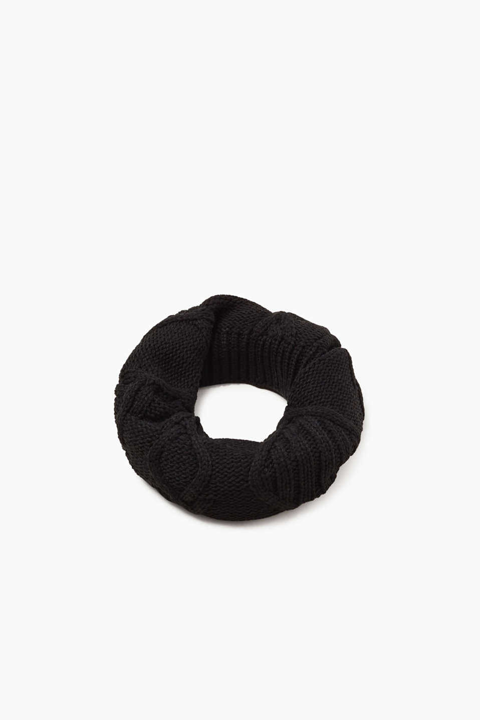 We love knitwear! This timeless snood is decorated with rib knit edges and cable patterns.