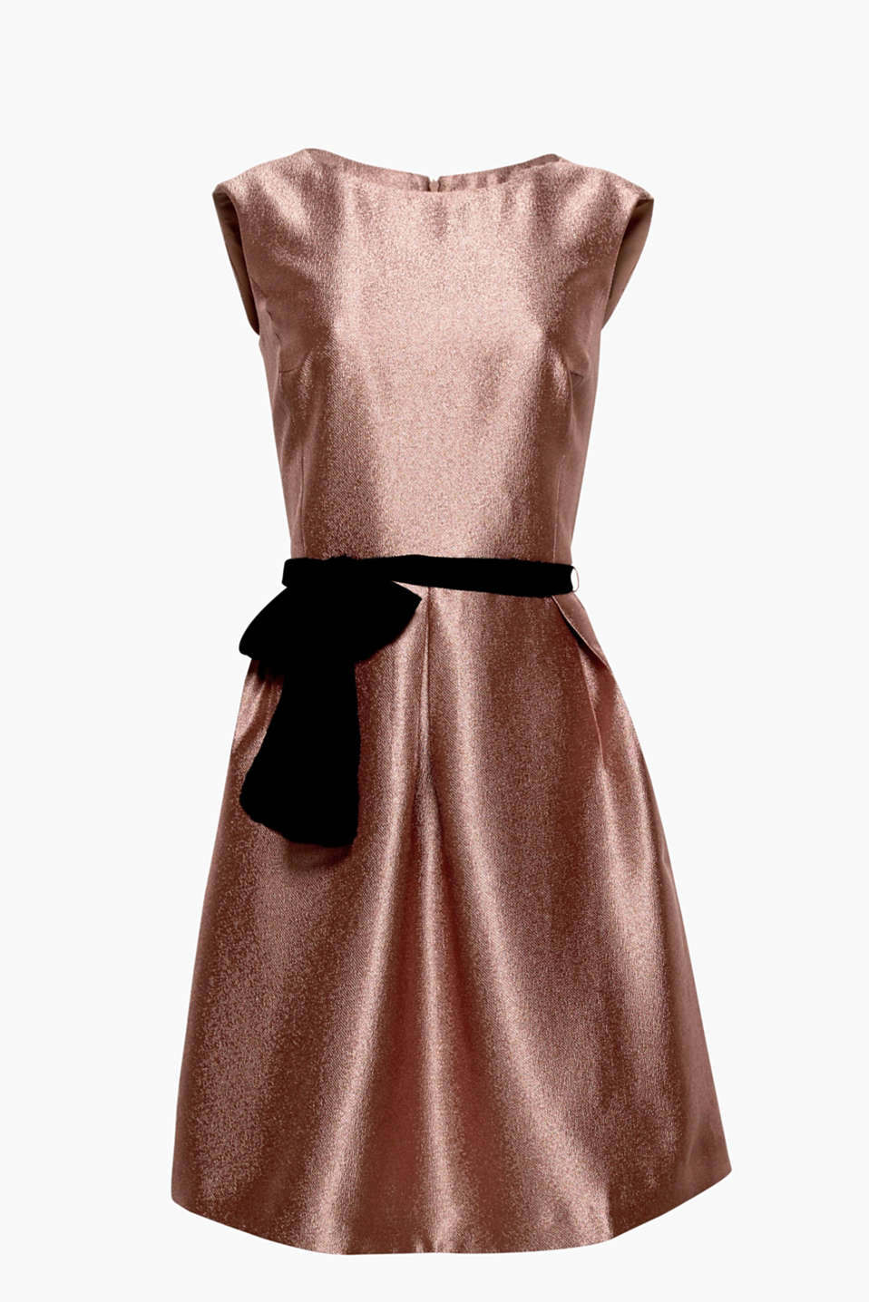 Smart and shiny: this dress guarantees a dazzling entrance with its ribbed texture, chiffon belt and pleated skirt!