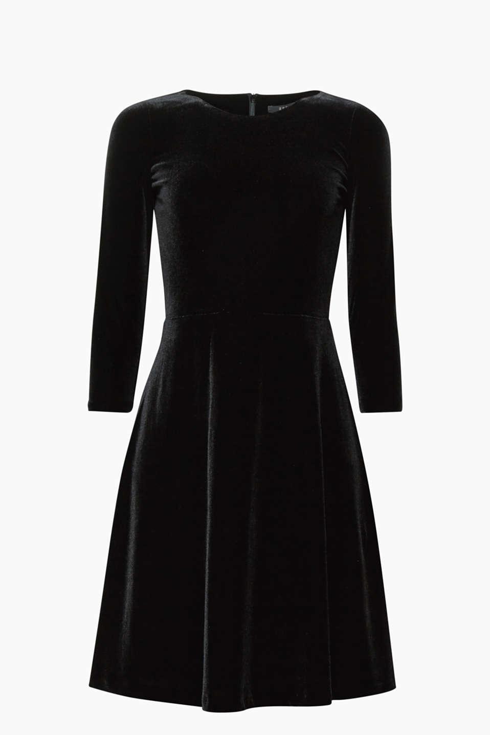 Samtig-weich und festlich zugleich! Dieses Samtkleid versprüht durch den schwingenden Rock feminine Eleganz.