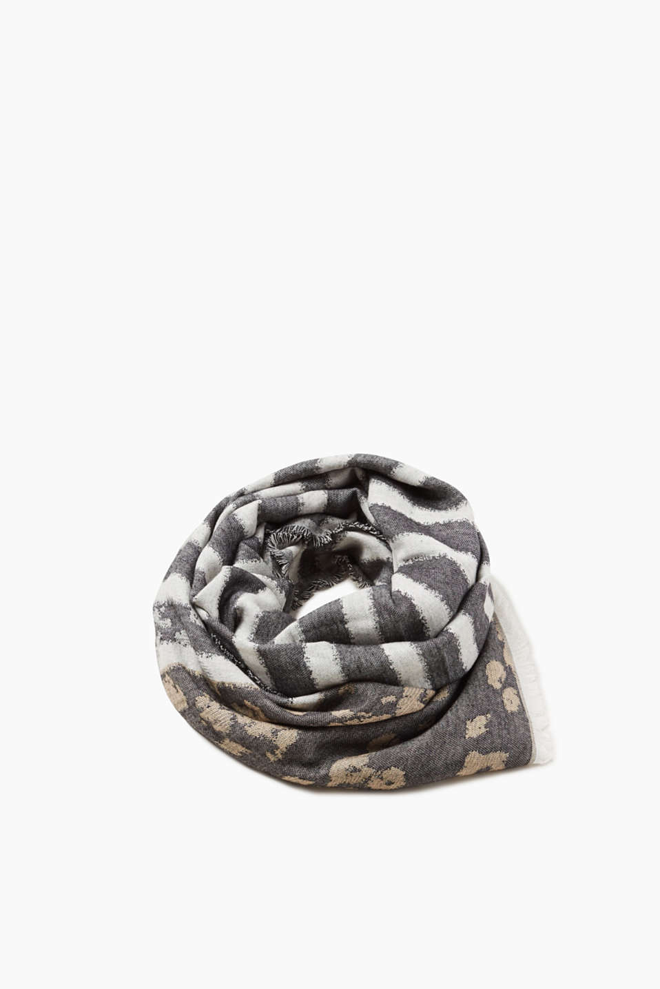 A cool mix of patterns: leopard or stripes make this scarf a cool head-turner.