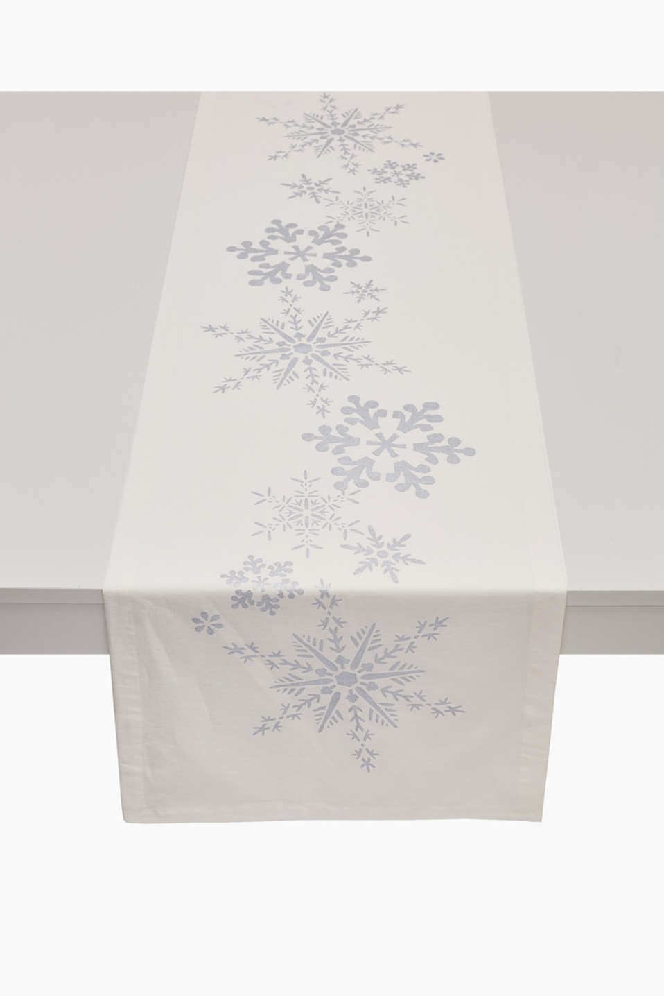 Winter wonderland! This table runner will put you in the mood for winter with its ice crystals in a metallic finish.
