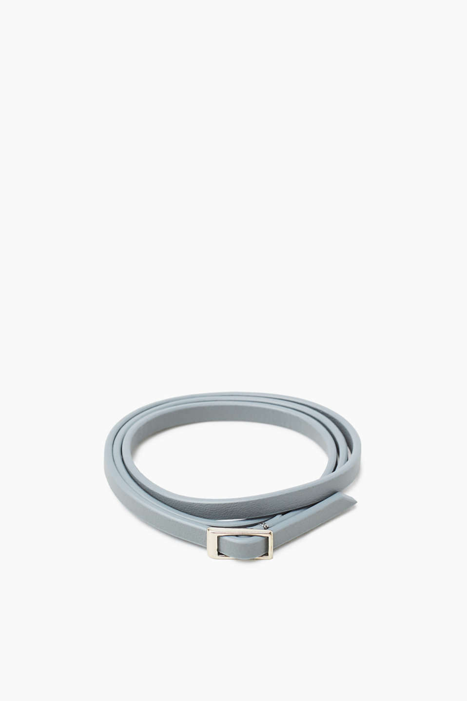In a simple look: delicate three-strand bracelet in genuine leather