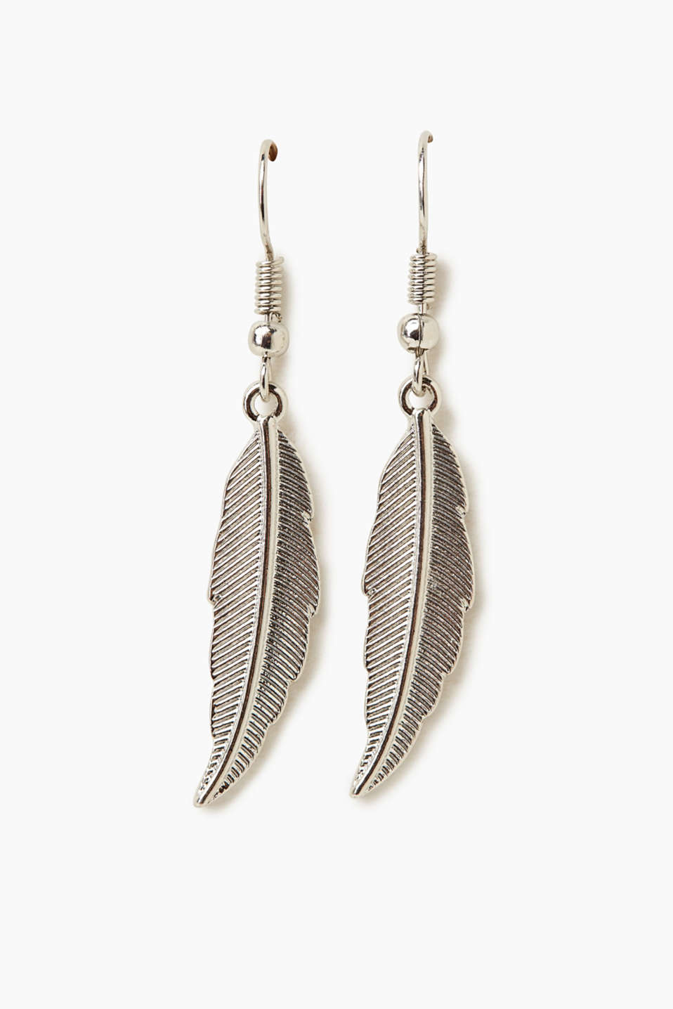 These vertical metal earrings in a feather shape exude pure lightness!