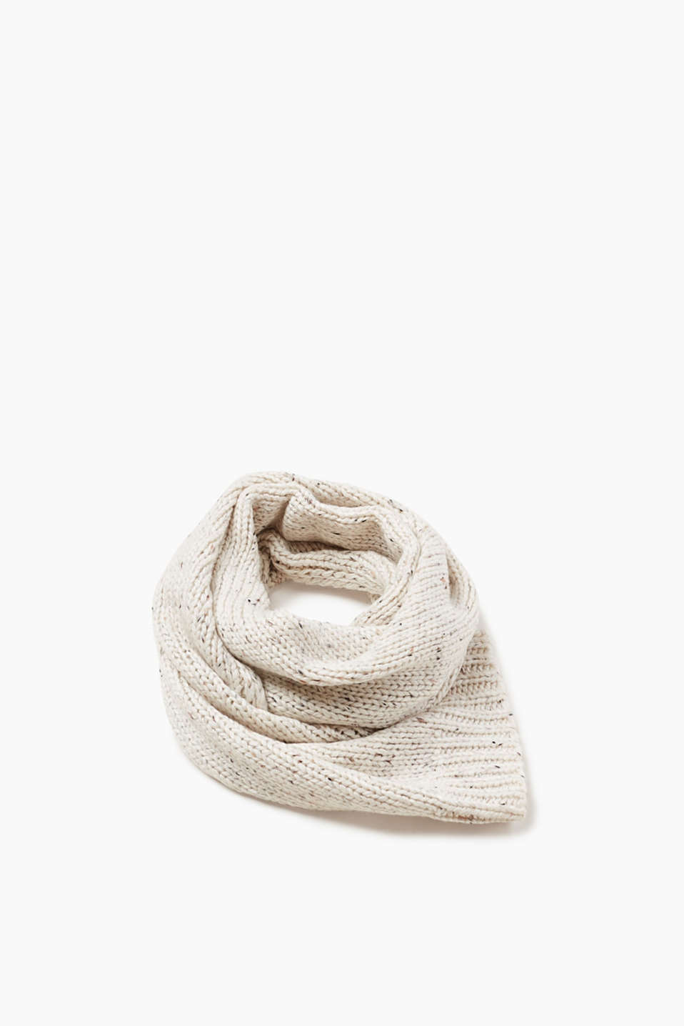 The perfect basic accessory for the winter! This smooth knitted scarf gets its charming look from its coloured dimples