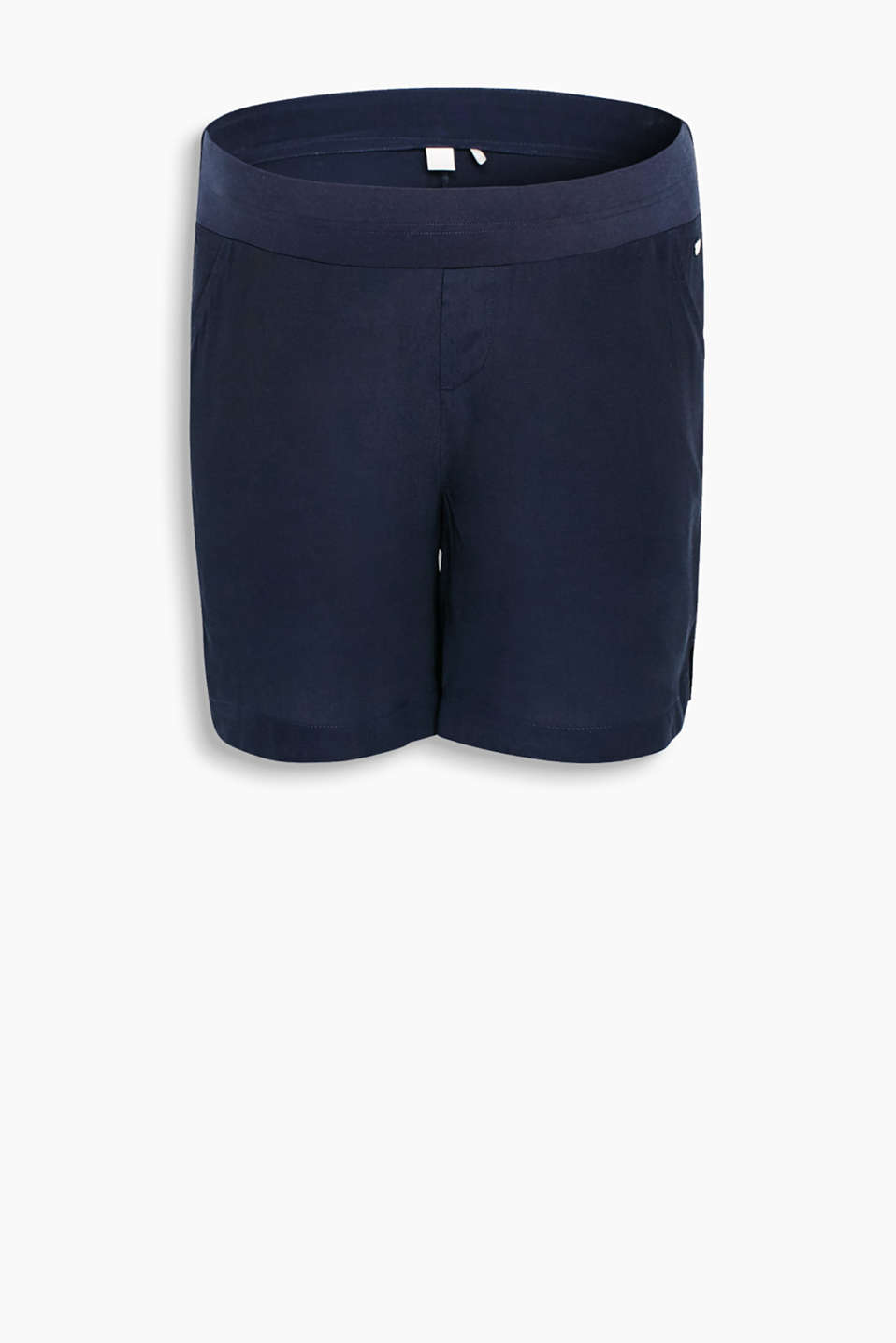 Airy Bermudas made of lightweight fabric with a supporting, below-bump waistband