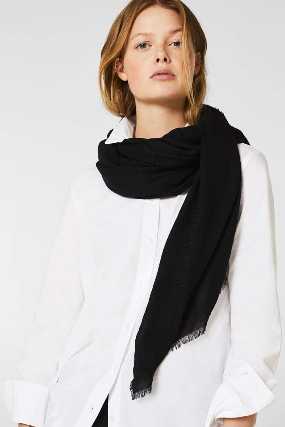 Lightweight woven scarf with a rib texture, BLACK, detail image number 1