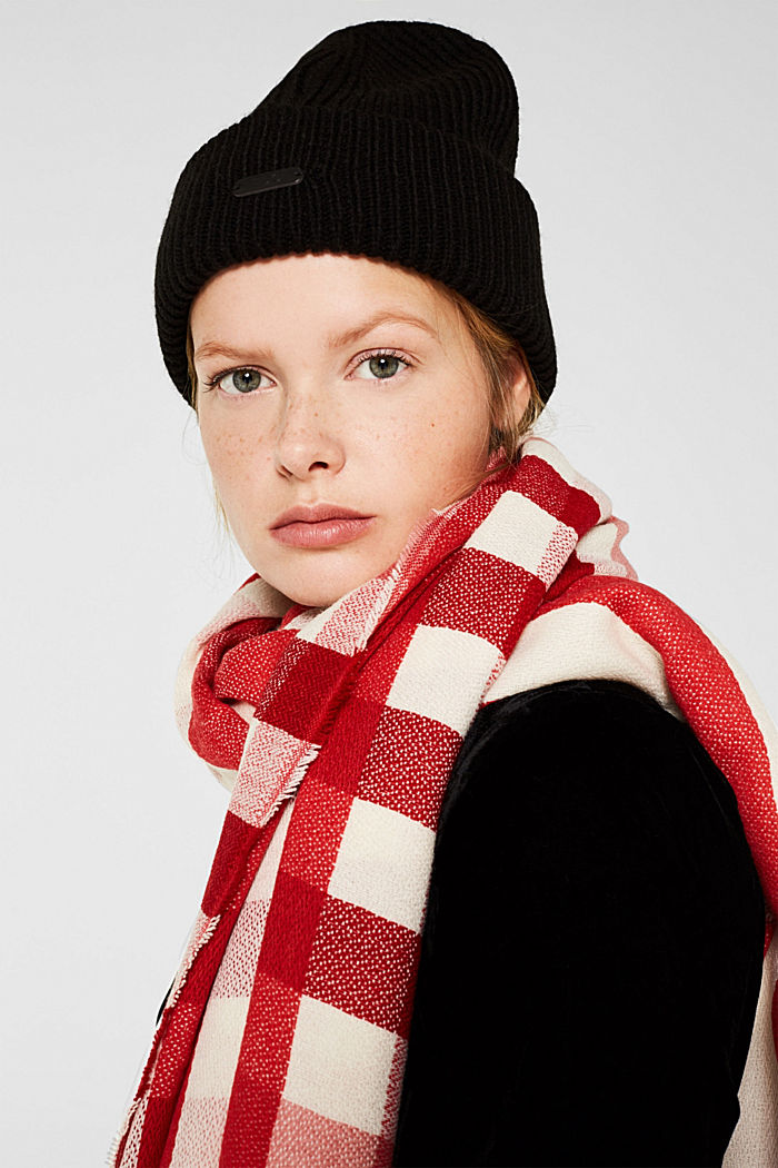 Woven scarf with a checked pattern