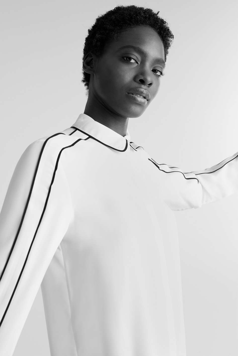 Crêpe blouse with contrast piping, OFF WHITE, detail image number 6