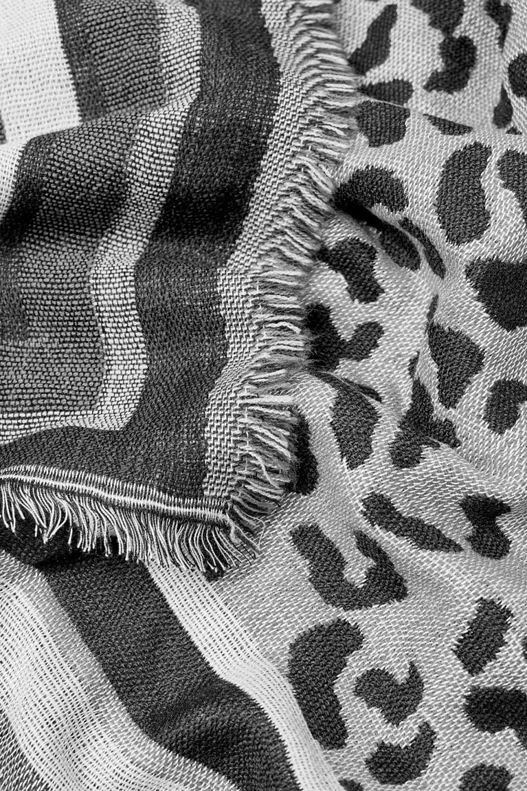 Web-Schal mit Leo-Muster