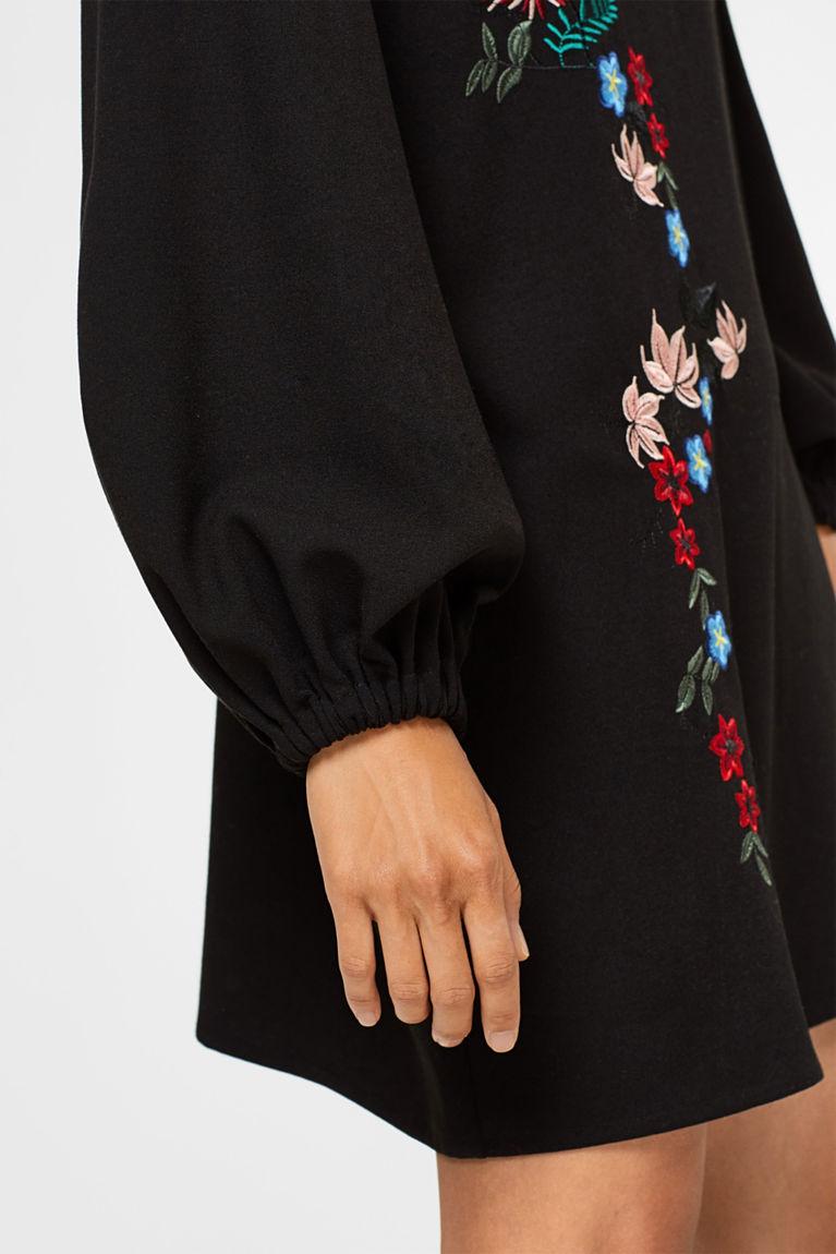 Floral besticktes Crêpe-Kleid