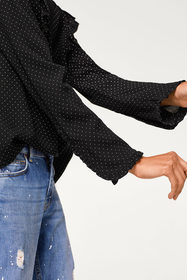 Getupfte Crêpe-Bluse mit Rüschen