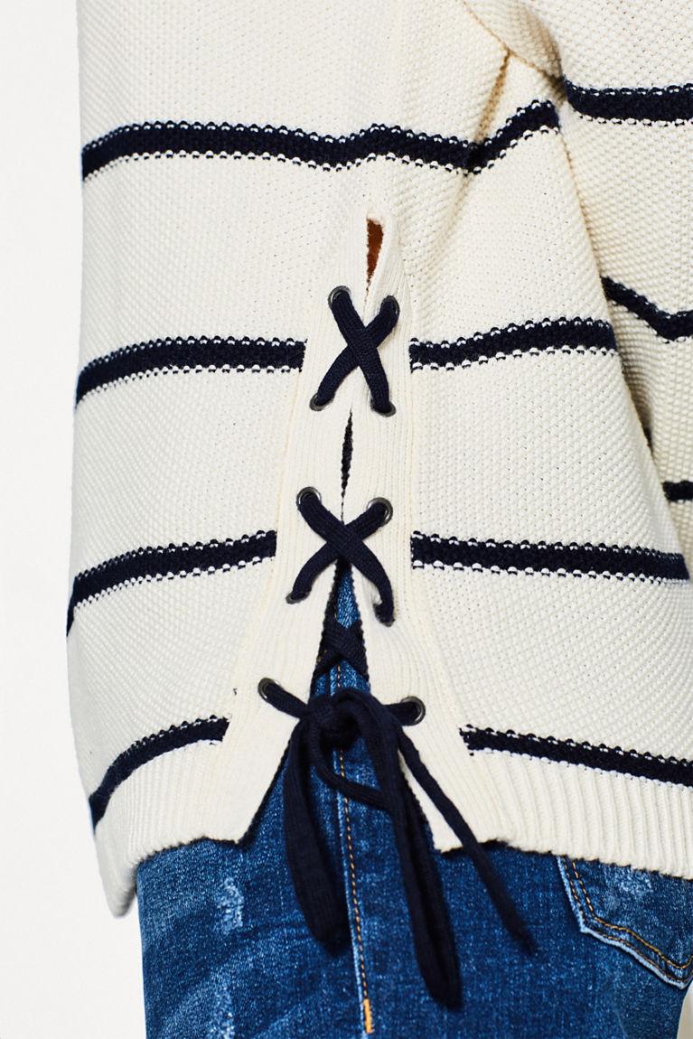 Pullover mit dekorativer Schnürung