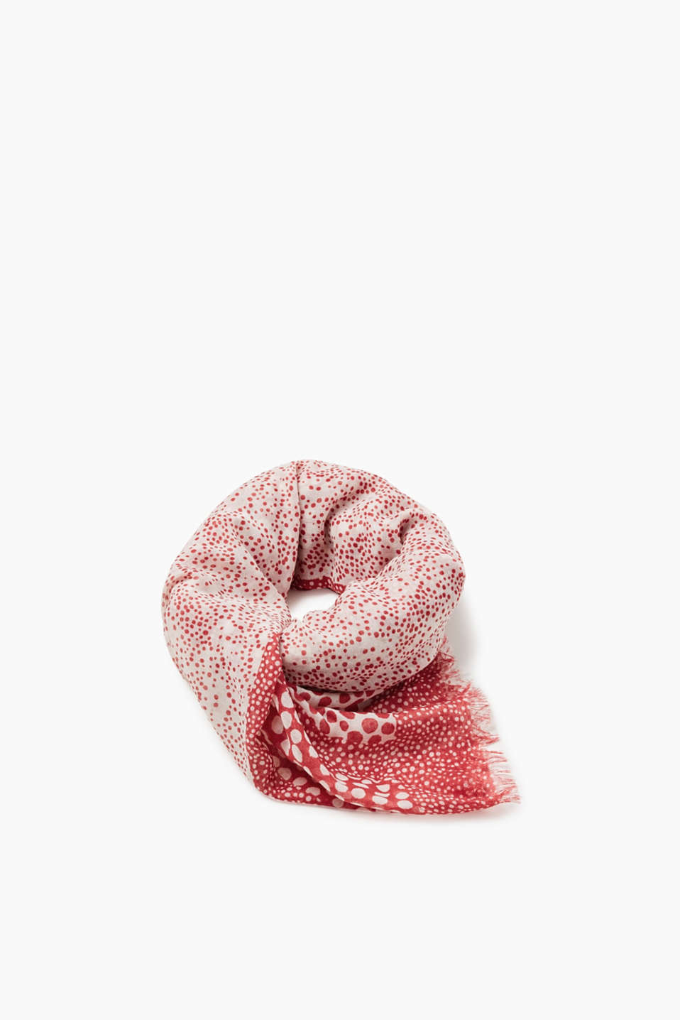Whether indoors or outdoors – this lightweight woven scarf impresses with its polka dot pattern.