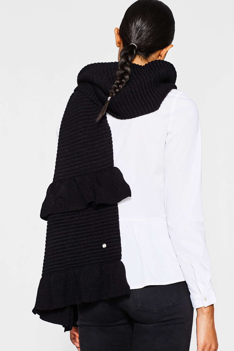 Ribbed scarf with frill details