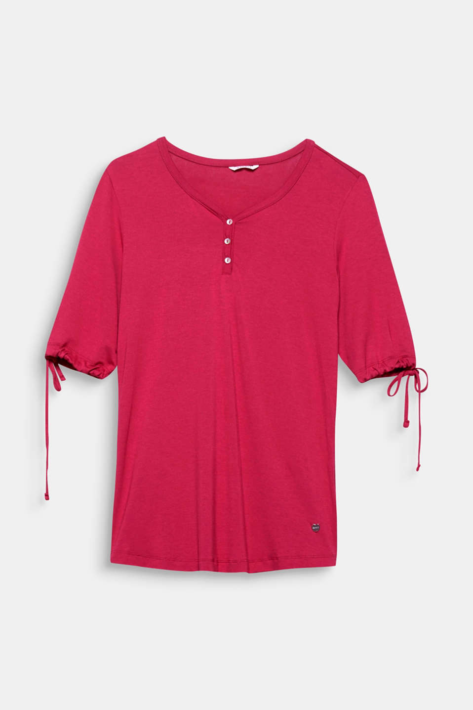 The soft jersey fabric and the comfortable style make this shirt a popular partner for relaxed hours.