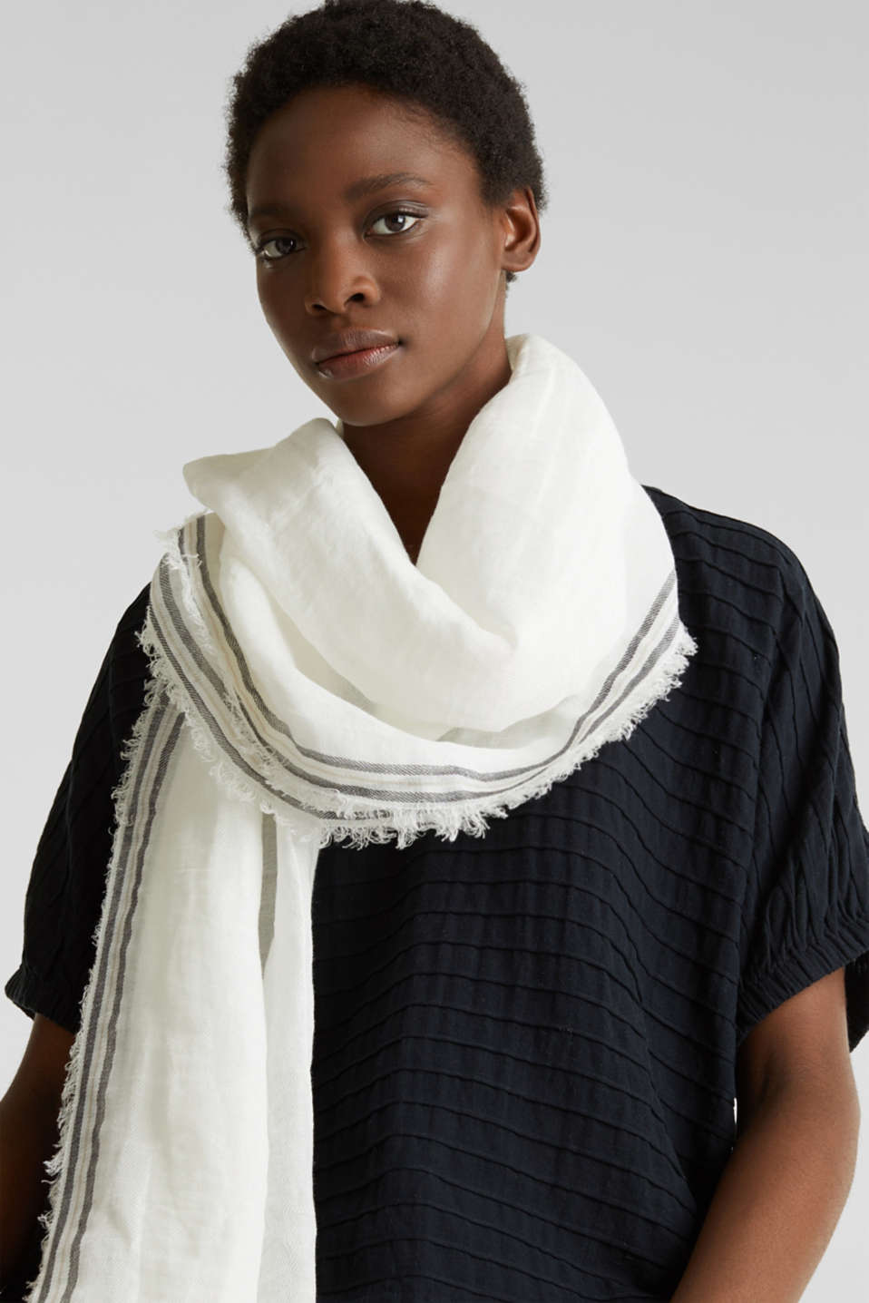Blended linen: scarf with a crinkle finish, OFF WHITE, detail image number 1