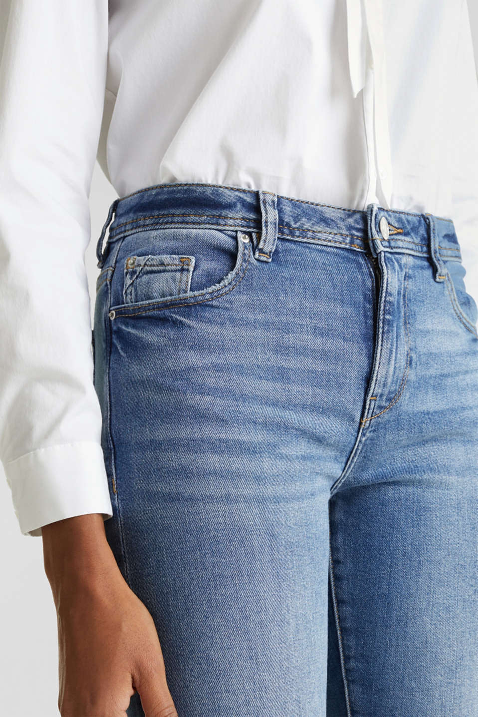 Basic jeans with an authentic garment wash, BLUE LIGHT WASH, detail image number 2