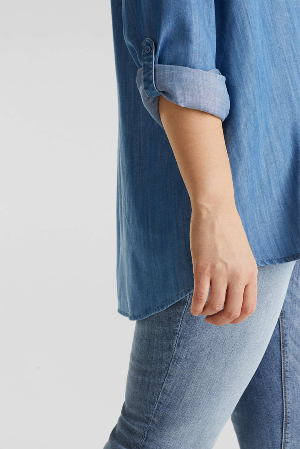 CURVY: Denim-look Henley blouse made of TENCEL™, BLUE LIGHT WASH, detail image number 2